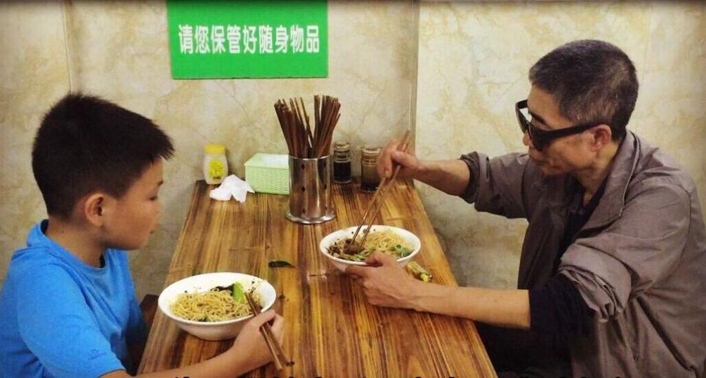 孝順男孩帶失明父親吃牛肉麵自己只吃「蔥油麵」,大喊「兩碗牛肉麵」但手指比「1」老闆夫妻感動給驚喜