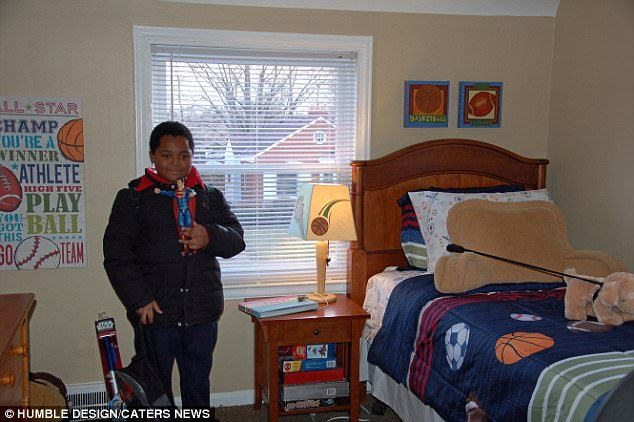 8歲貧童住庇護所「鋪毛毯就地而睡」從沒睡過床,看到「人生第一張自己的床」整個哭崩潰!(影片)