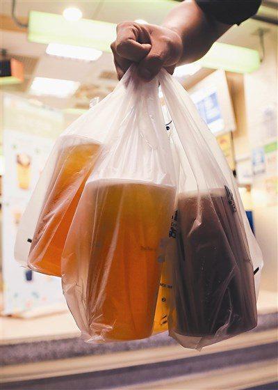 飲料店出奇招「暗語」問:需要袋子裝狗大便?客人秒懂「弦外之音」狂點頭...其實已違法!