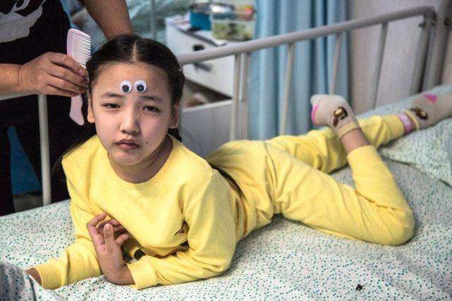 8歲童身體「像蛇一樣極度扭曲」喊救命 爸爸躲牆角拭淚:救不了她