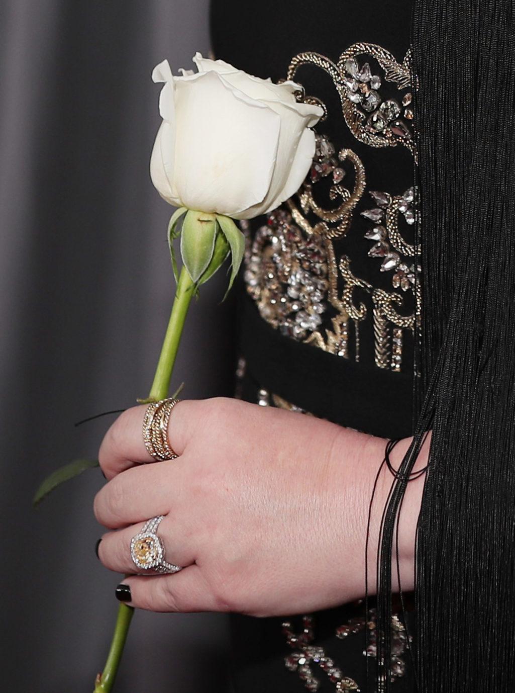 今年葛萊美獎明星身上都有「白玫瑰」,「純白背後意義」隱藏最沉重原因!