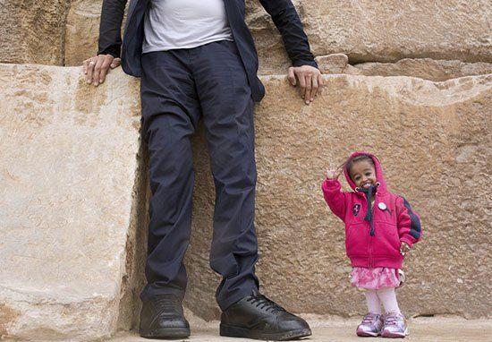 世界上「最高男人和最矮女人」碰面 拿手機自拍「手機比頭更大」畫面超萌!