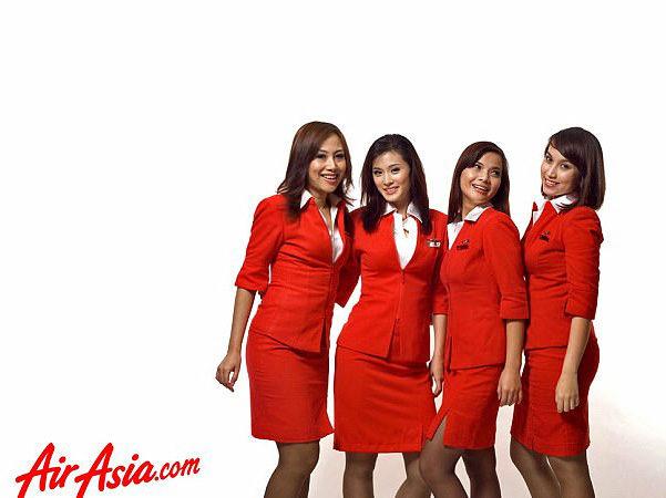 女乘客看到空姐裙子超短「彎腰露奶」投訴官員:她們穿的像「妓女」會損害國家形象!
