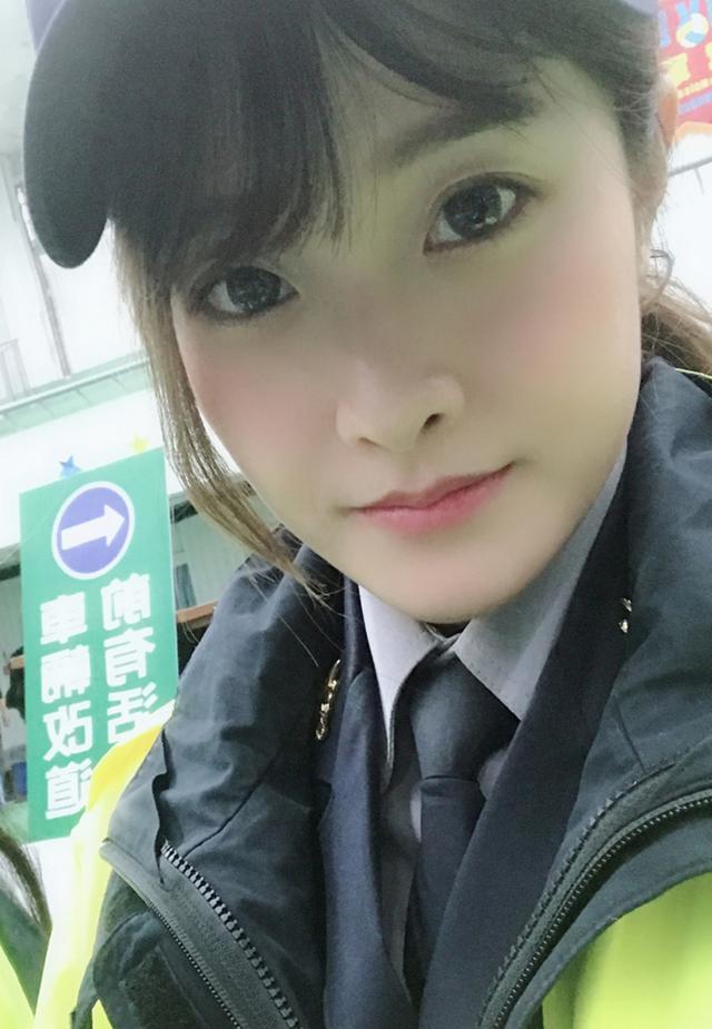 台中25歲女警空靈大眼+小嫩唇,穿上死板制服「根本女警界周子瑜」讓男人自願被上銬帶走!