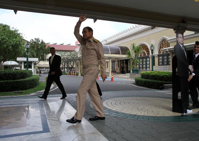 泰國總理被記者問到發飆...怒搬「本人一比一人型立牌」,放話「有問題問他」轉身走人!