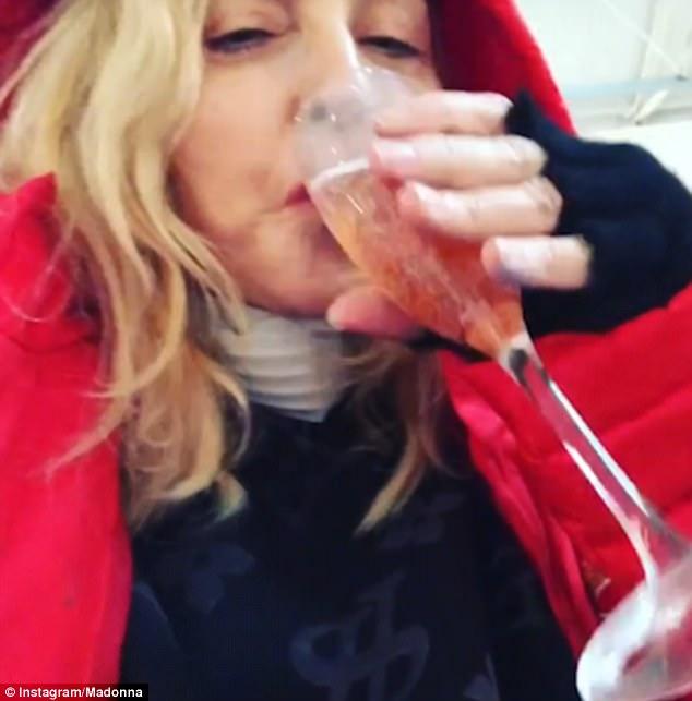 「樂壇天后」瑪丹娜崩壞!60歲大膽曬「粉色乳暈」脫序搞大肚子:喝酒讓胎兒平靜!(影片)