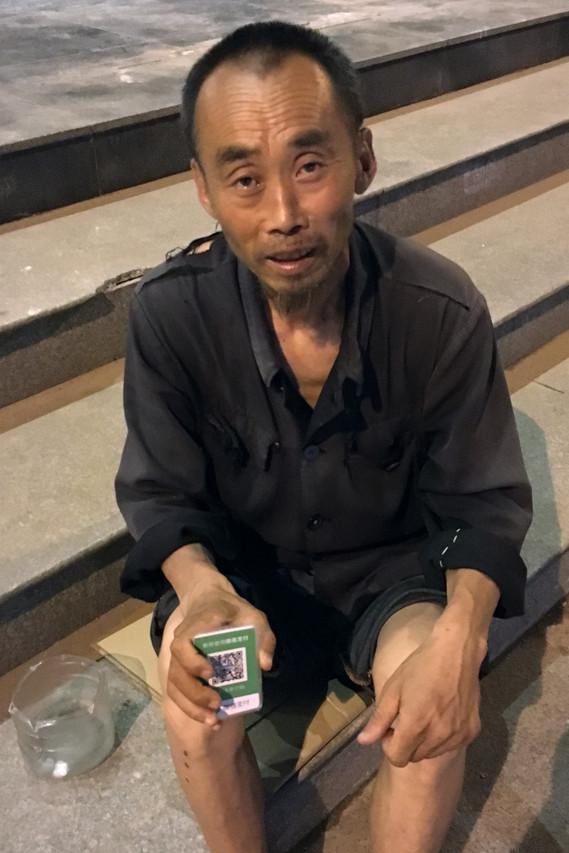 中國乞丐比你有錢太多「嚇壞老外」,連路邊乞丐也有「施捨行動支付條碼」超貼心!