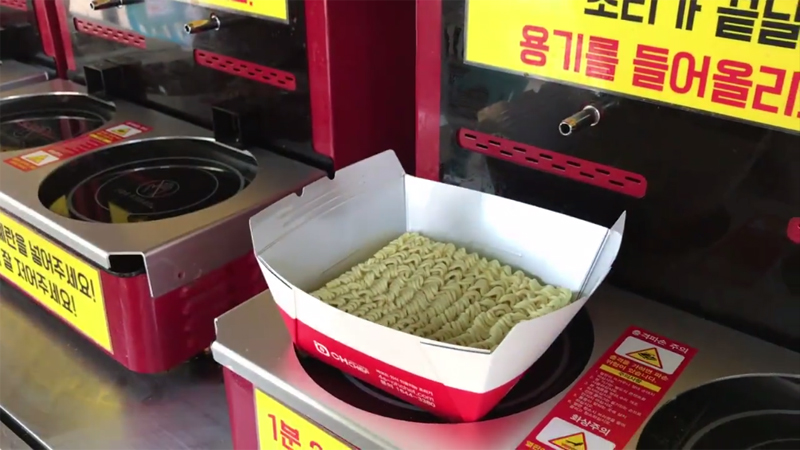 便利商店引進超狂「自助煮泡麵機」!只要3分鐘加蛋泡麵美味上桌,網友嘆:幫超商店員加薪吧!