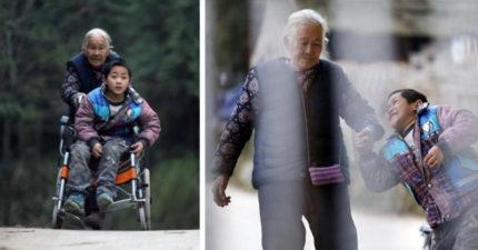 淚崩!76歲阿嬤「每天走24公里」推孫子上學,她:只要我能推得動孩子一天,就要堅持一天