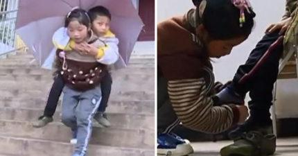 淚崩!9歲妹妹每天「爬超長樓梯」多年背12歲身障哥哥上學,她:我永遠做哥哥的小拐杖!