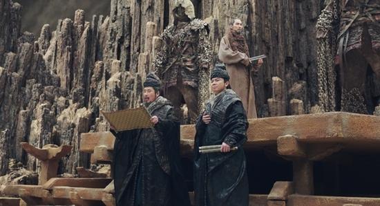 《與神同行》7層地獄場景大解密!導演遠赴蒙古「尋地獄之寶」,就為讓主角媽媽「真實重現」!