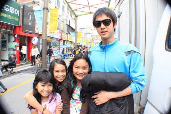 7年前到韓國玩求「高帥路人」合照,現在才驚覺原來是「世界級超夯男星」!
