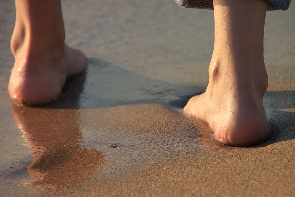 慎入!夫妻海滩晒日光浴,隔天发现屁股上长满「针孔般红疹」虫虫在体内钻动来动去...