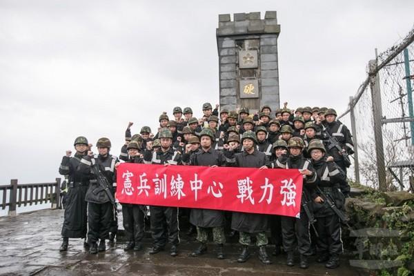 20年後重啟硬漢精神!憲兵恢復「硬漢嶺」訓練,風雨中「行軍27公里」成最強硬漢!