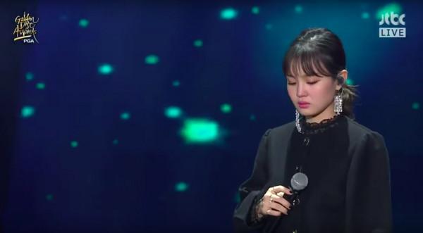南韓金唱片獎「特別哀悼鐘鉉」安排她唱生前遺作《嘆息》!太妍聽到強忍淚水「臉部扭曲」當場淚崩