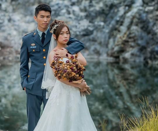 國軍貼出自己人婚紗照,拜託「軍眷是軍人最大力量」網友發現亮點:但那女的像被強迫耶~