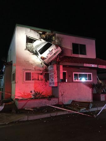 駕駛連人帶車「插進」診所二樓,這誇張的一切是這樣發生的...