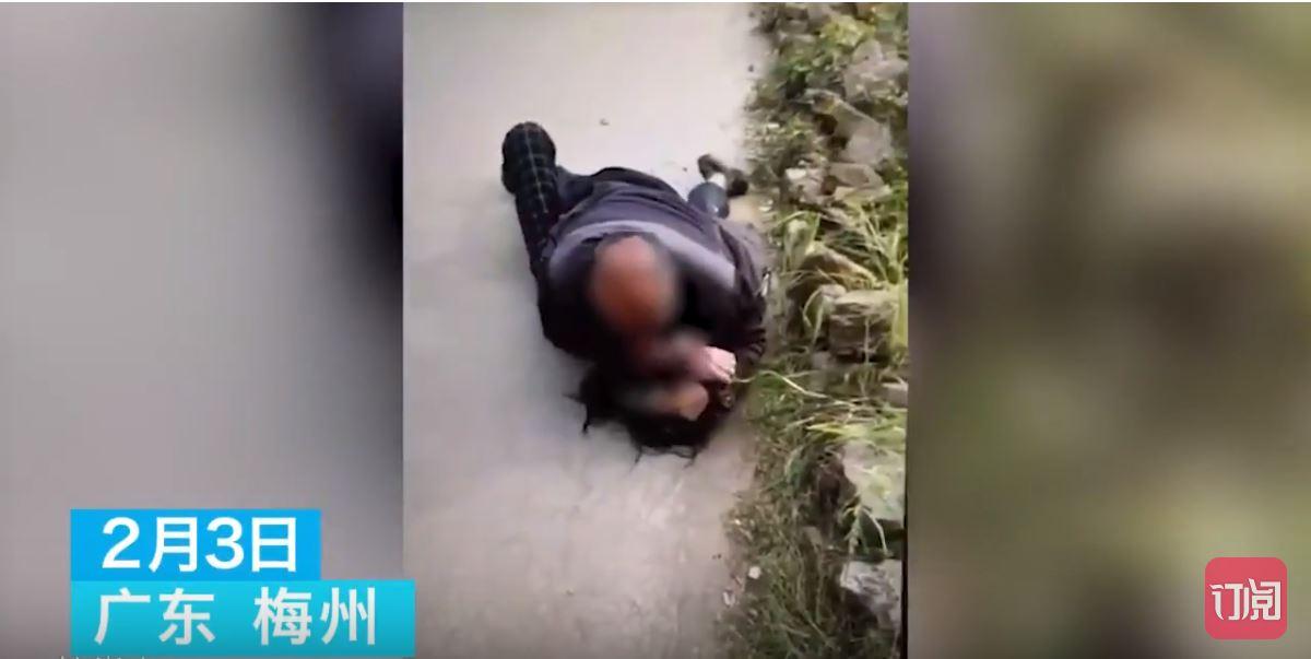 55歲大叔饑渴耐不住「當街獵女硬上」女生哭喊求救,路人馬上「找最好角度」用手機錄影!(影片)