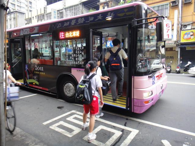檳榔哥搭公車狂嚼被廣播嗆「下車講」!拿安全帽狠K司機「有眼不識泰山」下秒GG跪地求饒!