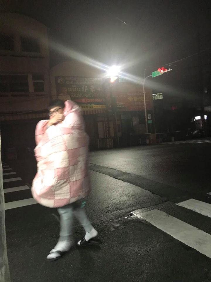 他在寒冬夜晚對雞排「展現最高敬意」,披著粉紅色棉被排隊「讓老闆感動到噴淚!」