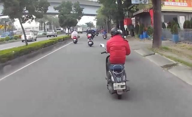 機車族快買手套吧!天冷「這個動作騎車」直接罰1萬2,他:別跟辛苦錢過不去!