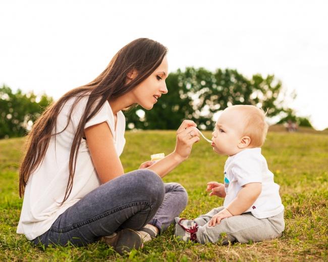 14個新手爸媽必知「讓寶寶零風險平安長大」的不後悔育兒技巧!衛生紙捲筒用來測試玩具安全度!