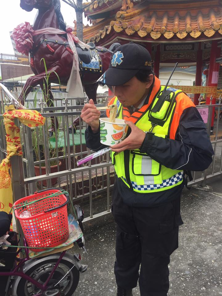 就是愛台灣!日本前議員「開8小時夜車趕花蓮」親自煮拉麵慰問,2年前他也曾在台南賣過「愛心麵」