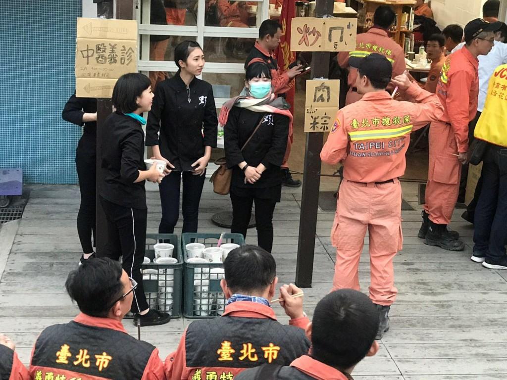 KID送熱騰騰「肉多到快滿出來小火鍋」給搜救員,「溫暖你們疲憊的身體」國軍感動答謝!
