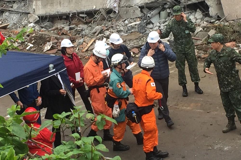 日搜救隊離台前「突然脫帽默哀」,讓在場的媒體+台灣搜救隊「瞬間安靜眼眶紅!」