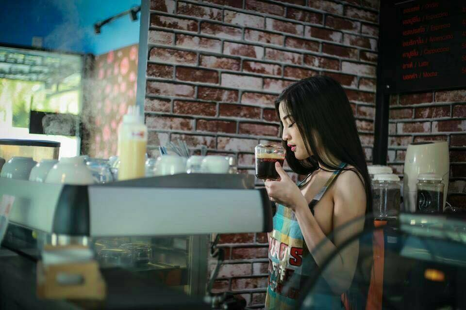 咖啡要加奶!火辣女店員「一件圍裙」在咖啡廳變景點,個人帳號更兒童不宜!
