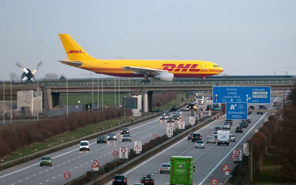 歡迎來到高速公路上方的機場!邊開車飛機邊在你頭上降落,降落時車子都得這樣做