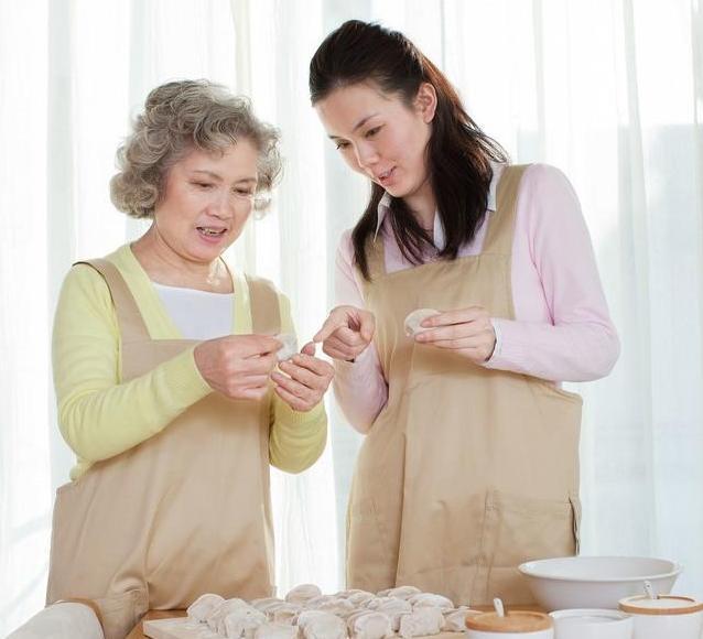 省吃儉用婆婆第二次出國扛回「爆箱滿滿愛心」暖哭媳婦!網笑:婆婆有在做功課齁