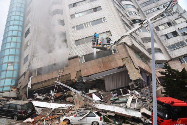 花蓮強震日本大叔街頭舉牌「台灣加油」感動無數網友:他好幾年都在為台灣祈福…