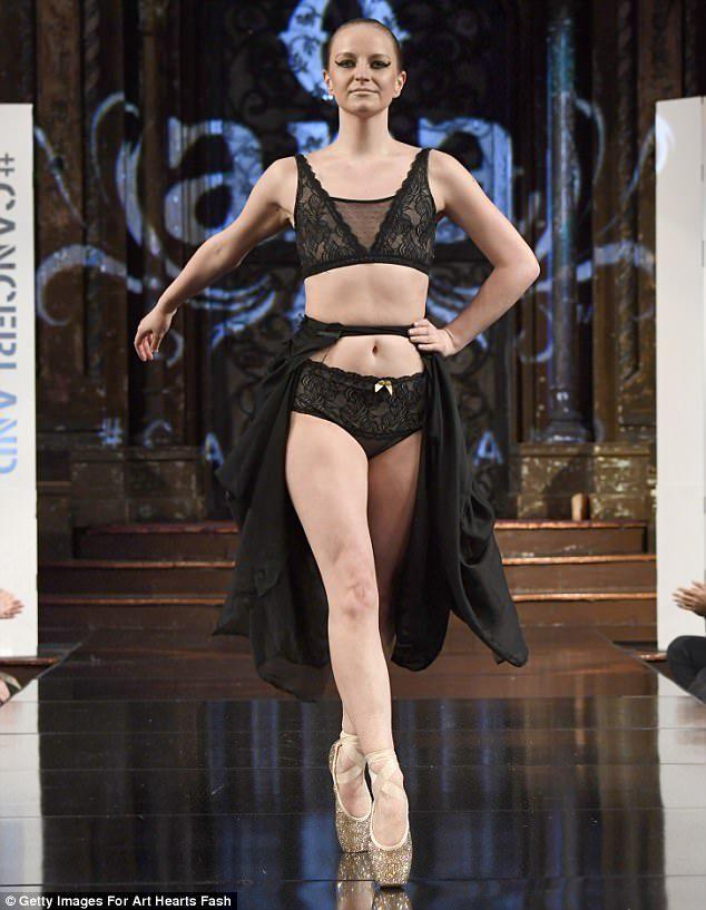 另類時尚內衣秀!模特兒舞台上「大膽裸上空」展現「最美傷痛勳章」,她:這帶給我力量和自信