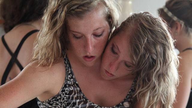 连体「双头姐妹花」一起成为小学老师却「只能领1份薪」,她们同时讲话时超诡异… -5a8290ba5b73e