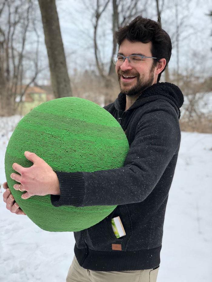 神人把「4.2萬根火柴」做成巨球 成品「一點燃」他秒後悔!