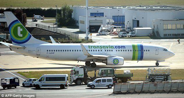 受不了隔壁乘客「濃郁濕屁連連」狂吸毒氣爆發衝突,機長緊急迫降把人請下機