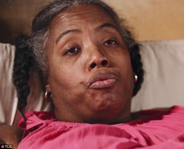 從小做錯事「被逼吃蛋糕當處罰」,她現在316KG「皮膚皺摺裡全部長蛆」得靠7名醫護人員抬到醫院動手術!