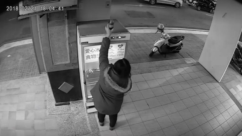 「開名車搜刮愛心冰箱」大媽爆上新聞沒在怕!事隔一天「改低調騎舊摩托車」繼續掃戰利品!