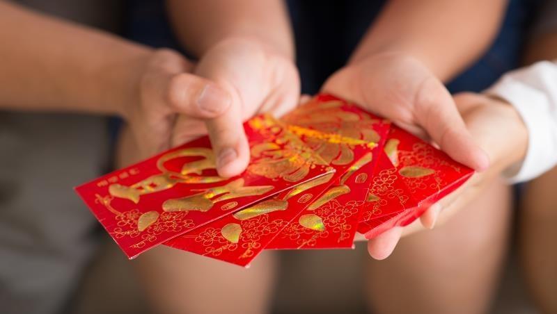 「是不是去接客?」女大生過年爽領10萬紅包,男友「偷翻她存摺」狂酸:有錢也不拿出來,讓我過的很辛苦!