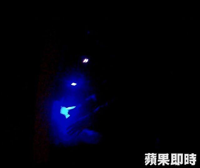 加500升級做半套!按摩女被警抓包矢口否認...紫光燈一照「雙手滿滿證據現形」當場被逮!