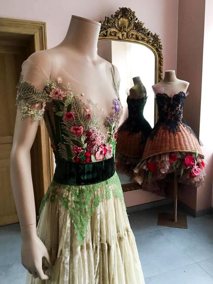 法國設計師親手用「舊書做另類美麗禮服」,近看「書皮細節」搶光各大時尚舞台風采!(5套)