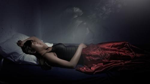 她半夜驚醒發現自己「被看著睡覺」 一個陌生人在床邊蹲著看我,視線跟我齊平...