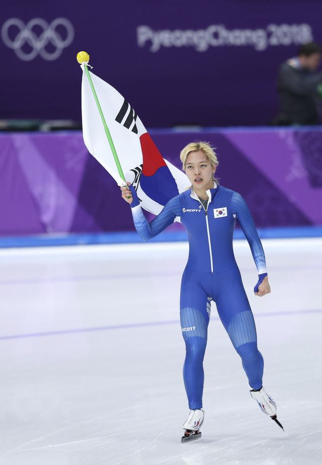冬奧最狠畫面!南韓女子競速滑冰賽「當場霸凌隊友」,3人出發2人到終點「爆哭拿銀牌」下跪跟全國道歉