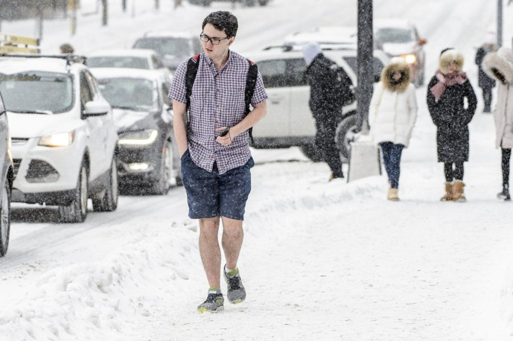 男學生 8°C大雪中「短袖短褲」淡定漫步紅遍全球,全網震驚:一定是處男