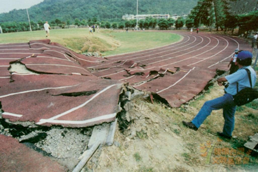 花蓮地震喚起921回憶!他逃亡時滿街「飄濃濃屍臭味」,回學校發現座位上「空了幾個位子」...
