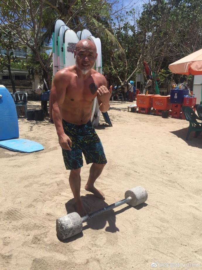 成都62歲超帥爺爺肌肉線條「深如大峽谷」,43歲才開始現在已成最帥爺爺!網友驚:是P上去的吧?!