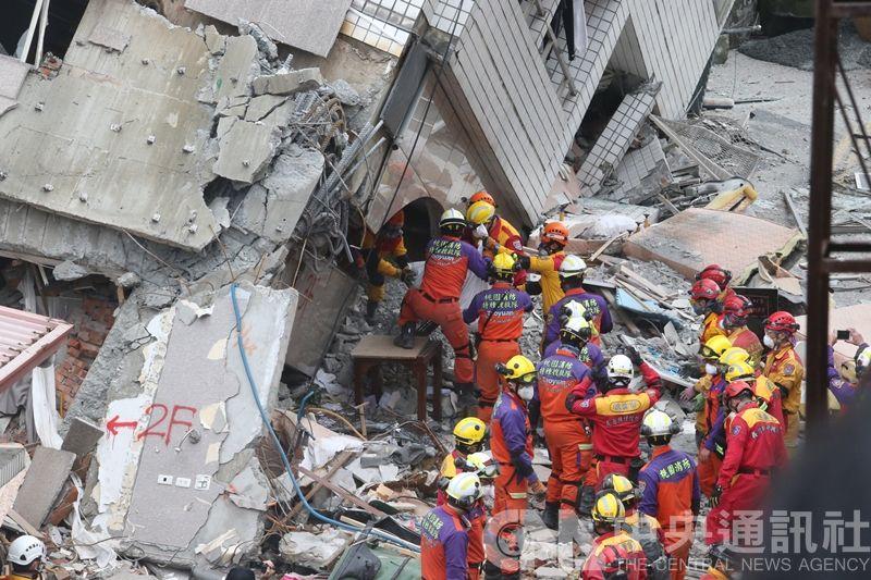 213號房悲歌!香港夫妻「30cm夾縫」肉身交疊相護,救難人員開挖「目睹最後鶼鰈情深」淚崩!