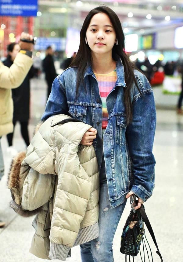 歐陽娜娜現身機場「100%素顏照」曝光「撞臉羅志祥」!網友:這才是17歲該有的模樣