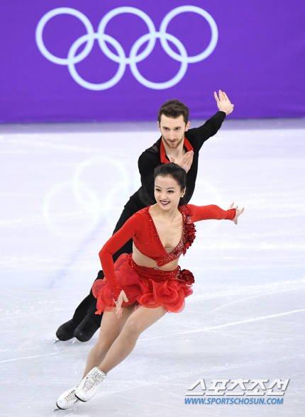 钮扣喷飞!南韩滑冰爆乳正妹上阵第5秒就走光「敬业完成比赛」全场观众暴动 -DVvLb2JU8AEDzvm